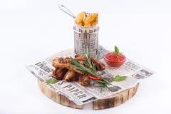 Kartoffelkeil- und -rippengrill des Snacks aromatischer knusperiger mit Ketschup Snäcke auf weißem Hintergrund stockfotos