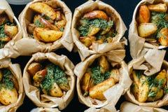 Kartoffelkeile mit Dillschalen Ansicht von der Oberseite Lizenzfreie Stockfotos
