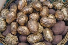 Kartoffelknollen oben verziert unter Goldabschluß Lizenzfreies Stockfoto