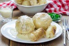 Kartoffeln angefüllt mit Hackfleisch in der Sahnesauce Lizenzfreie Stockfotografie