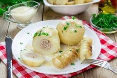 Kartoffeln angefüllt mit Hackfleisch in der Soße Lizenzfreies Stockbild