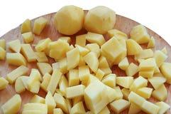 Kartoffeln auf dem Küche hackenden Brett stockfotografie