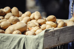 Kartoffeln auf einem Marktstall Stockfotos