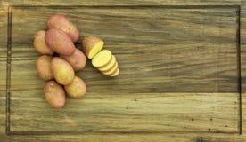 Kartoffeln auf hölzerner Platte Lizenzfreie Stockfotos