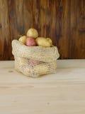 Kartoffeln in einer Tasche Stockbilder