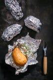 Kartoffeln gebraten in der Aluminiumfolie Lizenzfreie Stockfotos