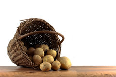 Kartoffeln im Korb auf lokalisiertem Hintergrund Stockfoto