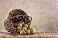 Kartoffeln im Korbstilllebenhintergrund Lizenzfreie Stockbilder