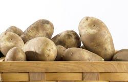 Kartoffeln ina Korb Stockfotografie