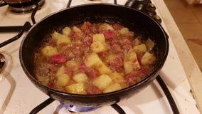 Kartoffeln mit Fleischfischrogen in einer Wanne stock video footage