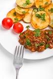 Kartoffeln mit FleischTomatensauce lizenzfreie stockbilder