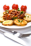 Kartoffeln mit FleischTomatensauce stockfoto