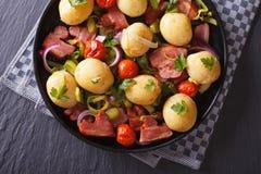 Kartoffeln mit gebratenem Speck und Tomate auf einer Platte, Draufsicht Lizenzfreie Stockfotos