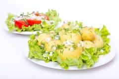 Kartoffeln mit Salat Lizenzfreies Stockfoto
