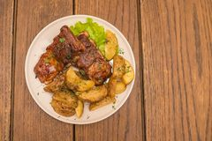Kartoffeln mit Schweinefleischrippen stockfotos