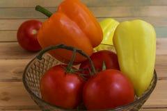 Kartoffeln, Tomaten, Pfeffer, Gurken und Knoblauch auf einer hölzernen SU Lizenzfreies Stockbild