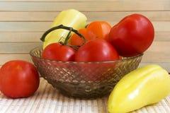 Kartoffeln, Tomaten, Pfeffer, Gurken und Knoblauch auf einer hölzernen SU Lizenzfreie Stockbilder