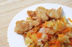 Kartoffeln und gebratene Fische Lizenzfreie Stockfotos