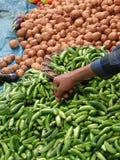 Kartoffeln und heiße grüne chilis Stockfoto