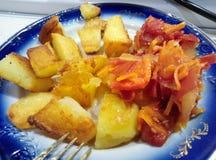 Kartoffeln und Salat Stockfotografie