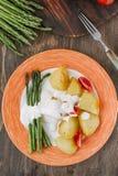 Kartoffeln und Spargel mit Tomaten und Remoulade auf der Platte essfertig Lizenzfreies Stockfoto