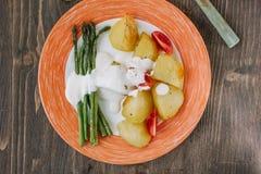 Kartoffeln und Spargel mit Tomaten und Remoulade auf der Platte essfertig Lizenzfreies Stockbild