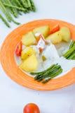 Kartoffeln und Spargel mit Tomaten und Remoulade auf der Platte essfertig Lizenzfreie Stockfotos