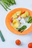 Kartoffeln und Spargel mit Tomaten und Remoulade auf der Platte essfertig Stockfotos