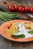 Kartoffeln und Spargel mit Tomaten und Remoulade auf der Platte essfertig Stockfoto