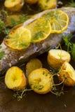 Kartoffeln und Zitrone auf Forellen-Leiste Stockbild