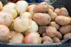 Kartoffeln und Zwiebeln im Markt Stockbild