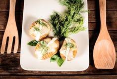 Kartoffeln werden auf Teller mit Basilikumsoße und -fenchel gedient Stockfoto