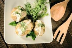 Kartoffeln werden auf Teller mit Basilikumsoße und -fenchel gedient Stockbilder
