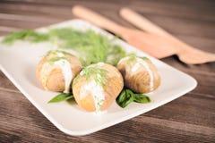 Kartoffeln werden auf Teller mit Basilikumsoße und -fenchel gedient Lizenzfreie Stockfotografie