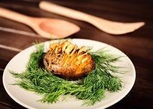 Kartoffeln werden auf Teller mit Basilikumsoße und -fenchel gedient Stockfotos