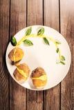 Kartoffeln werden auf Teller mit Basilikumsoße und -fenchel gedient Stockfotografie