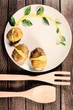 Kartoffeln werden auf Teller mit Basilikumsoße und -fenchel gedient Lizenzfreies Stockfoto