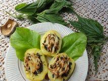 Kartoffelnessel, die den Spinat verziert anfüllt Lizenzfreie Stockfotos
