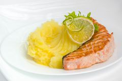 Kartoffelpürees mit Lachssteak Stockbild