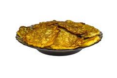 Kartoffelpfannkuchen auf einem Schwarzblech, lokalisiert Zerriebene gebratene Kartoffeln lizenzfreie stockbilder
