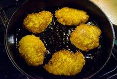 Kartoffelpfannkuchen, draniki, Bratkartoffeln oder Stückchen, die im alten geworfenen Eisenstein, Bratpfanne, selektiver Fokus br lizenzfreie stockfotografie