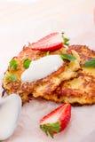 Kartoffelpfannkuchen mit apfel und Erdbeere Stockfotos