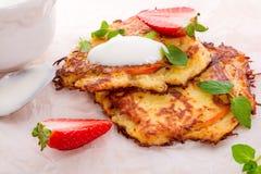Kartoffelpfannkuchen mit apfel und Erdbeere Lizenzfreies Stockbild