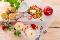 Kartoffelpfannkuchen mit apfel und Erdbeere Stockfotografie