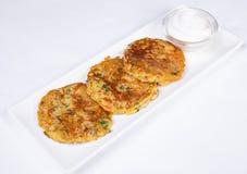 Kartoffelpfannkuchen mit saurer Sahne Lizenzfreies Stockfoto