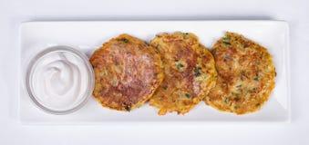 Kartoffelpfannkuchen mit saurer Sahne Lizenzfreie Stockfotografie