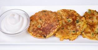Kartoffelpfannkuchen mit saurer Sahne Stockbild