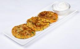 Kartoffelpfannkuchen mit saurer Sahne Lizenzfreie Stockfotos