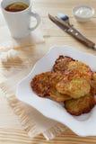 Kartoffelpfannkuchen mit Tee Stockbilder