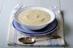 Kartoffelporreesuppe in einer Schüssel stockfoto